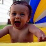 【赤ちゃんの水浴び】いつからできる?時間は?気になるポイントをまとめたよ♪