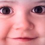 赤ちゃんの白目にグレーや赤や黒い線が見えるメカニズムとは?