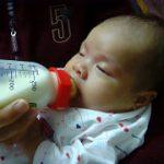 《赤ちゃんがミルクの時にむせる理由》考えられる5つの原因と対処法